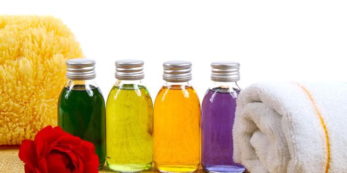Разноцветное жидкое мыло в бутылочках