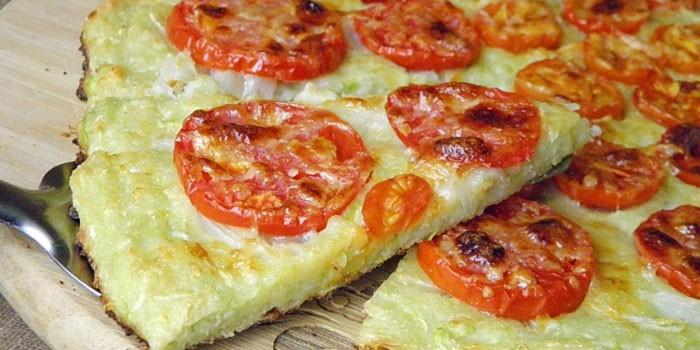Готовая пицца из теста с кабачками