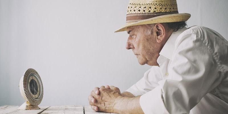 Пожилой мужчина смотрит на часы
