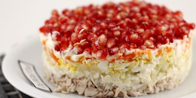 Салат красная шапочка с курицей и грибами