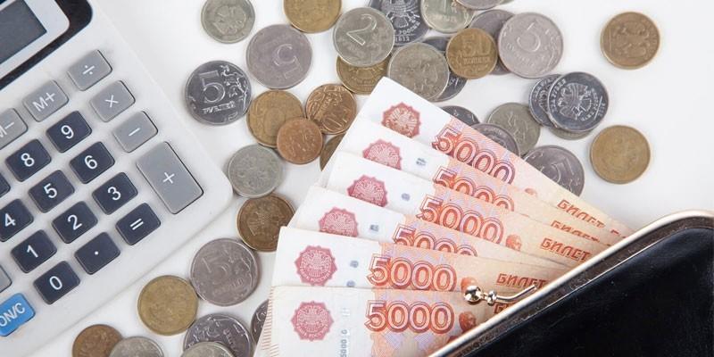 Кошелек с купюрами, монеты и калькулятор