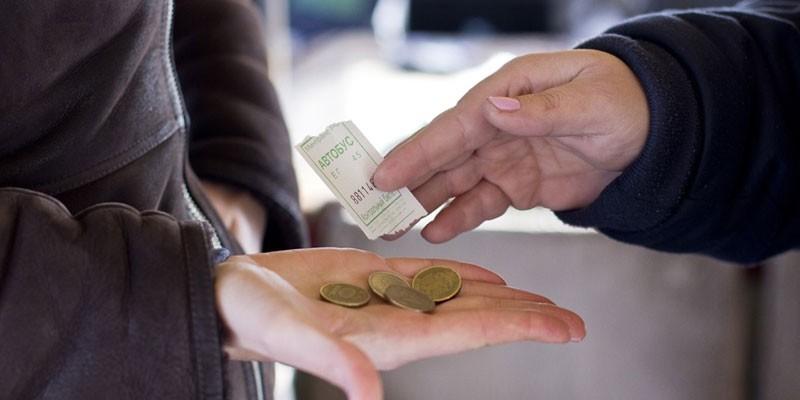 Человек оплачивает проезд в общественном транспорте