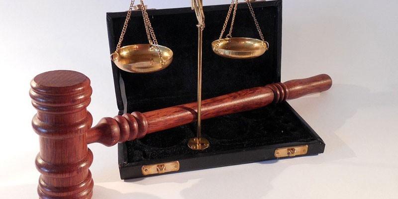 Весы и судейский молоток