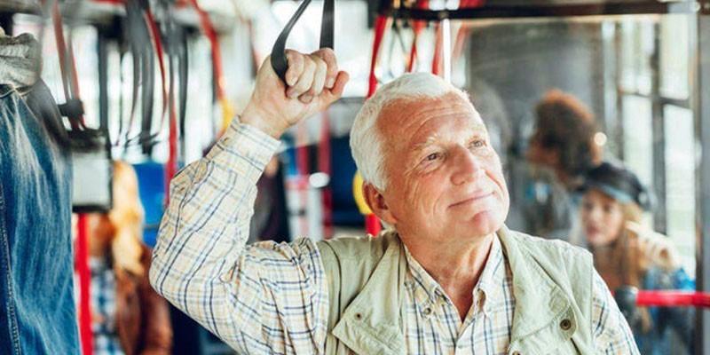 Пожилой мужчина в салоне автобуса