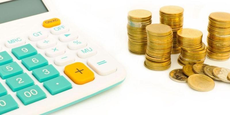 Калькулятор и столбики из монет