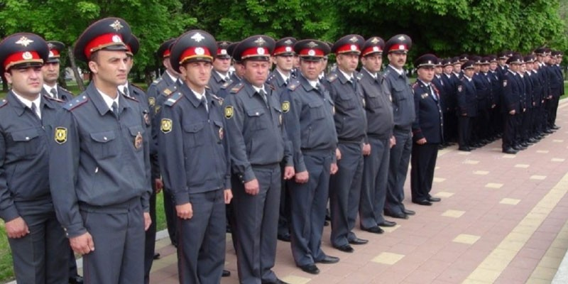 Полицейские на плацу