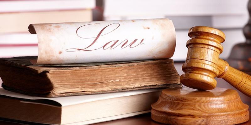 Законы и судейский молоток