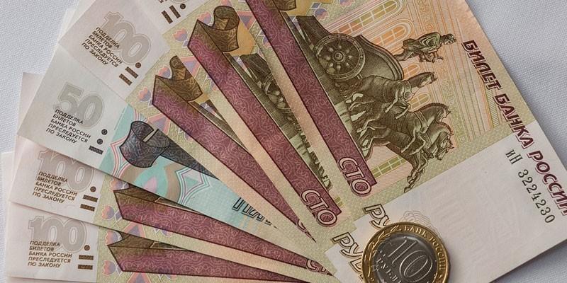 Денежные купюры и монета