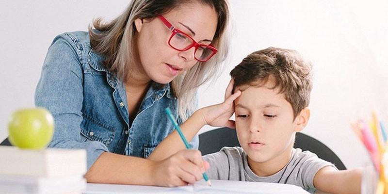 Репетитор учит ребенка