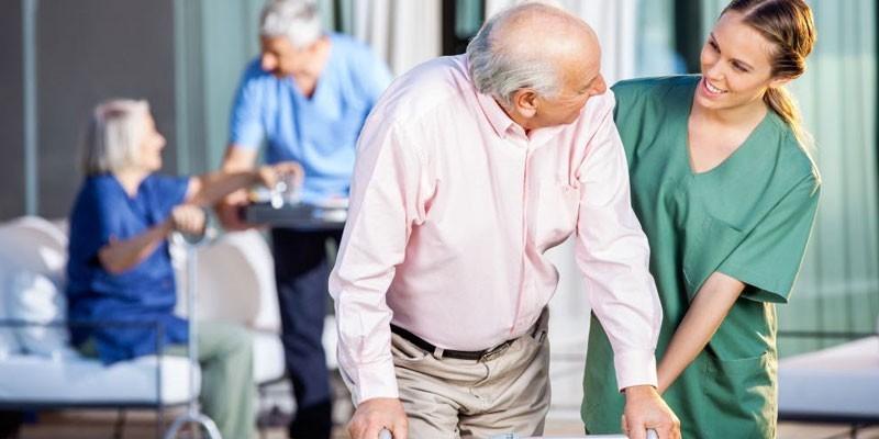 Пожилые люди и медперсонал