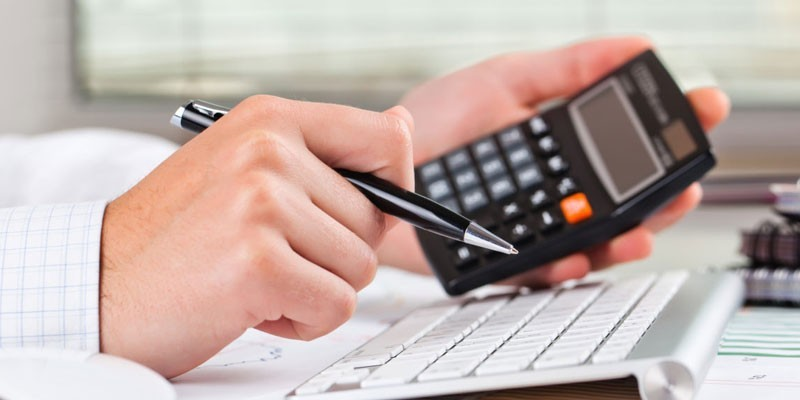 Мужчина с калькулятором в руке