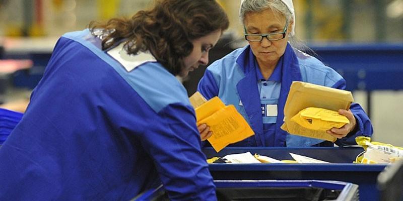 Женщины сортируют почту