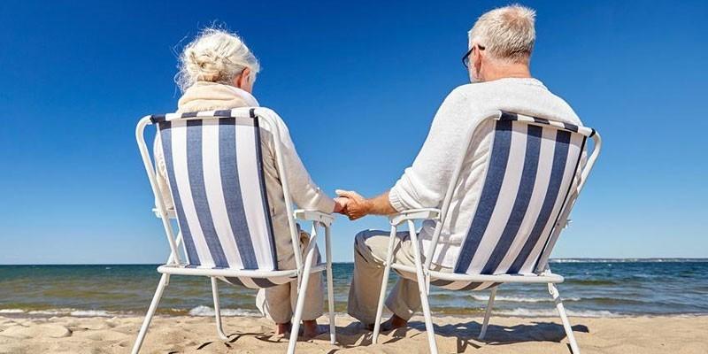 Пожилые люди отдыхают на побережье