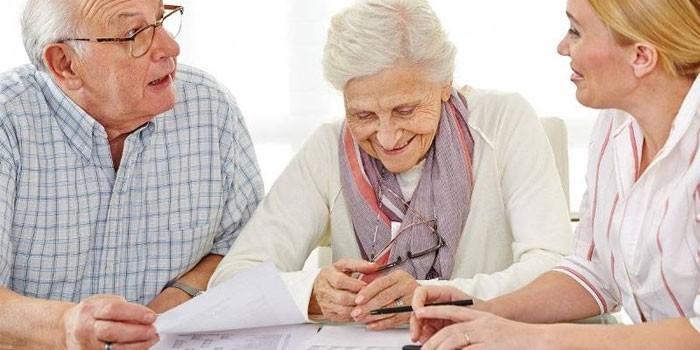 Девушка консультирует пожилых людей