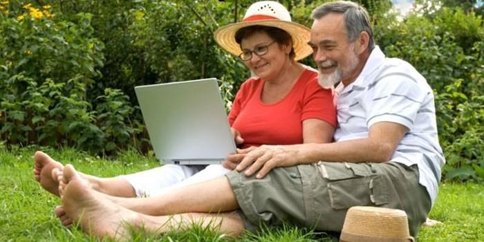 Пожилая пара за ноутбуком