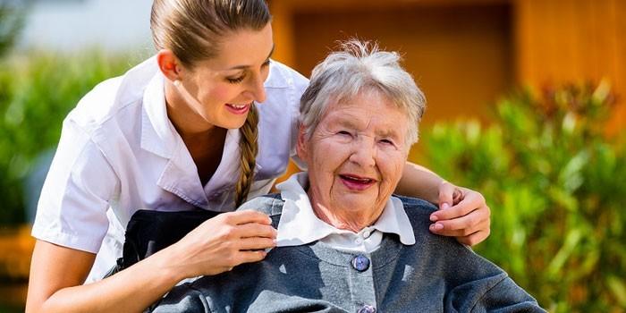 Медработник и пожилая женщина