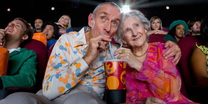 Пожилая пара в кинотеатре