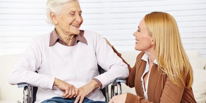 Женщина в инвалидном кресле и девушка