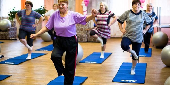 Пожилые женщины в спортзале