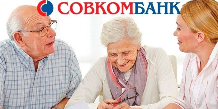 Девушка общается с пожилой парой