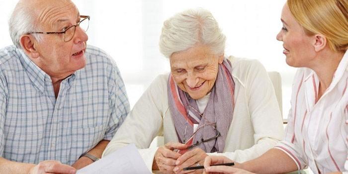 Женщина беседует с пожилой парой