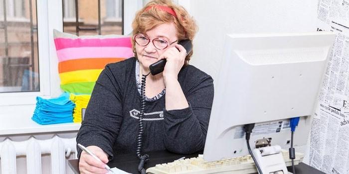 Пожилая женщина на рабочем месте