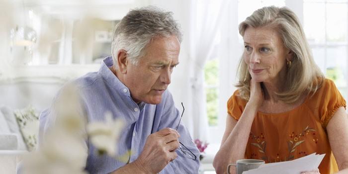 Мужчина и женщина изучают документы