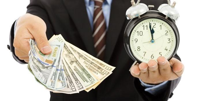 Человек с деньгами и будильником