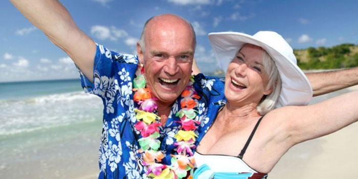 Пожилая пара на побережье