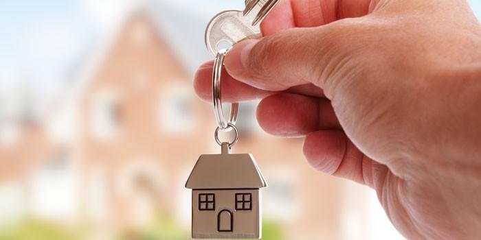 Ключ от дома в руке