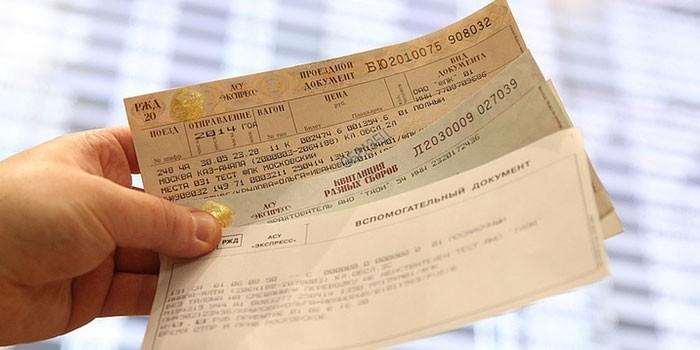 Билеты на поезд в руке