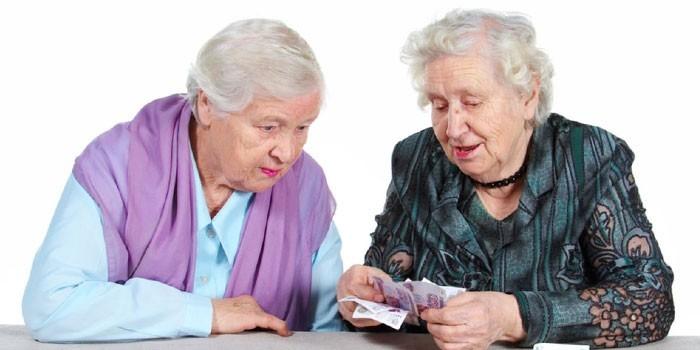 Пожилые женщины считают деньги
