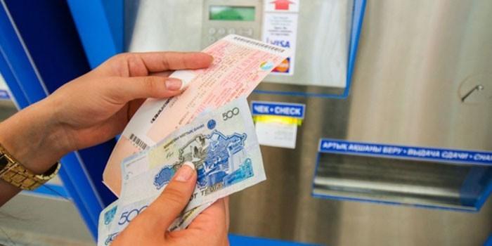 Человек покупает билет через терминал