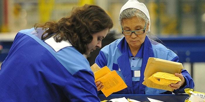 Женщины на сортировке почты