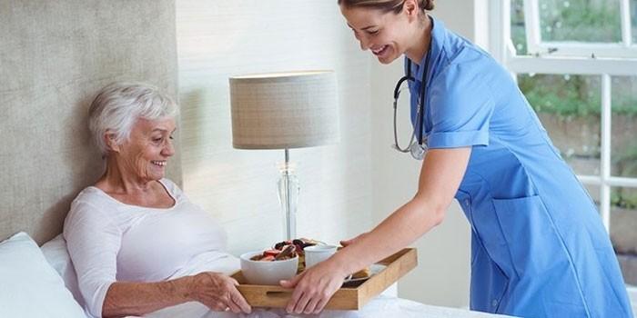 Женщина и медсестра в больничной палате