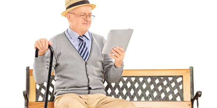 Пожилой человек с планшетом