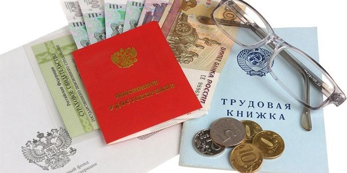 Пенсионное удостоверение, трудовая книжка и деньги