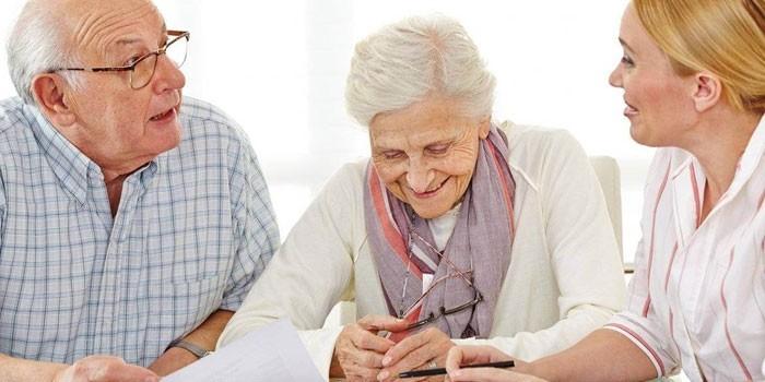 Девушка беседует с пожилыми людьми