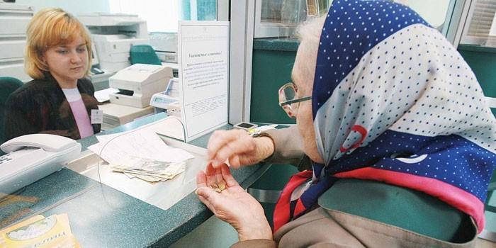 Пожилая женщина в кассе
