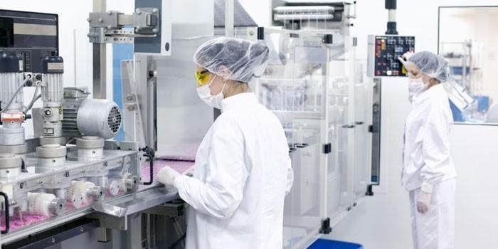 Люди на фармацевтическом производстве