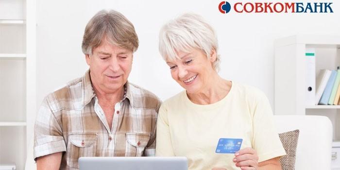 Мужчина и женщина перед ноутбуком