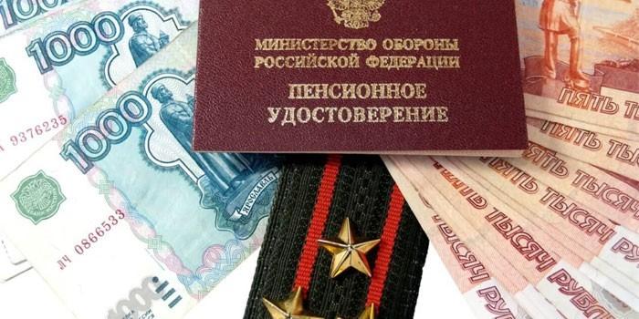 Пенсионное удостоверение, погоны и денежные купюры