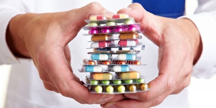 Лекарственные препараты в руках