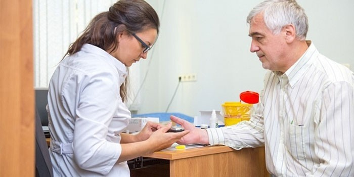Пожилой мужчина на приеме у медика