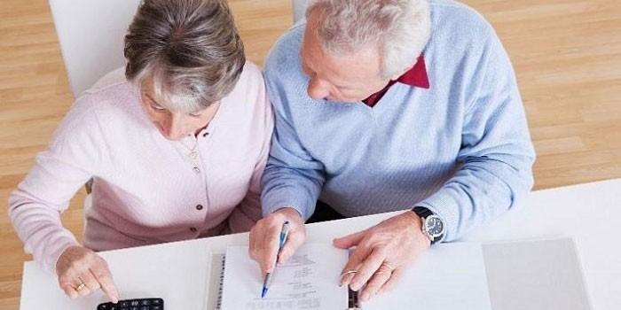 Пожилые люди ведут подсчеты