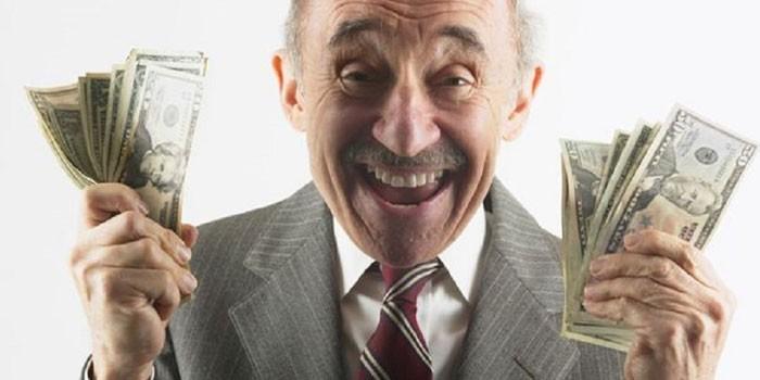 Пожилой мужчина с деньгами в руках