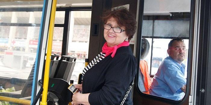 Женщина в городском автобусе