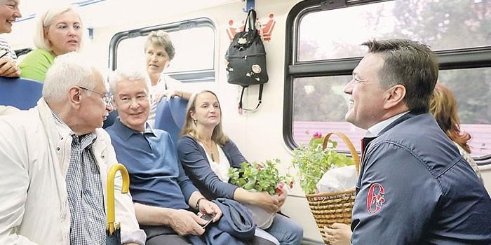 Люди в вагоне электрички