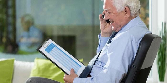 Пожилой мужчина разговаривает по телефону