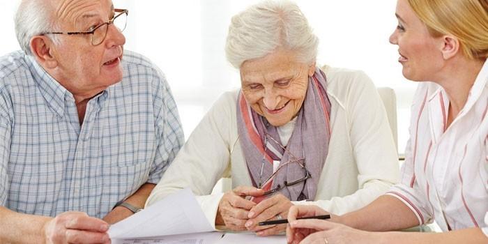 Женщина консультирует пожилую пару